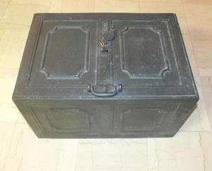 A very nice antique 19th century heavy Iron strongbox/War-chest. 61x40x34cm. in very good condition. Price 850,- euro