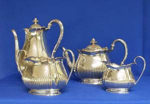 A very nice English Silver Tea & Coffee Set (four pieces), Sheffield 1955-1956, in very good condition. Price 2.500 euro reduced to 1.950 euro