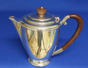 A very nice English Silver Tea or Coffee Pot, Birmingham 1939, height 16 cm, in very good condition. Price 450 euro reduced to 395 euro