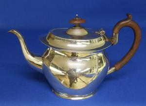 A very nice English Silver Tea Pot, Birmingham 1925, height 16 cm, in very good condition. Price 550 euro reduced to 395 euro