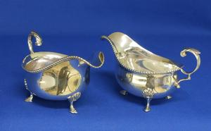 A very nice Pair of English Silver Sauce or Gravy Boats, Sheffield 1927/1929, height 8.5 cm, in very good condition. Price 550 euro reduced to 395 euro
