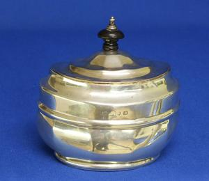 A very nice English Silver Tea Caddy, Birmingham 1898, height 10,5 cm, in very good condition. Price 800 euro reduced to 595 euro
