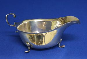 A very nice English Silver Sauce or Gravy Boat, Chester 1908, height 6.5 cm, in very good condition. Price 150 euro reduced to 120 euro