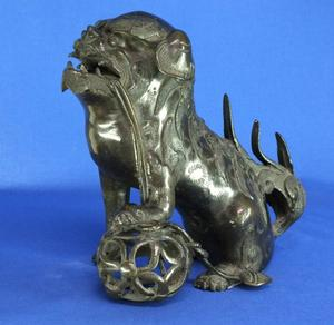 A very nice 19th century Antique Bronze Sculpture of a Chinese Dog, height 21 cm. Price 595 euro