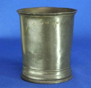 A very nice 19th Century antique English PINT Beaker, height 11,5 cm. Price 75 euro