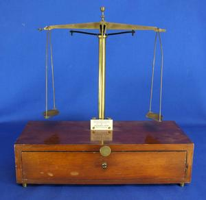 A very nice antique 19th Century Dutch Farmacy Balance Scale, signed BECHER'S SONS ROTTERDAM. heigth 31 cm. Price 175 euro