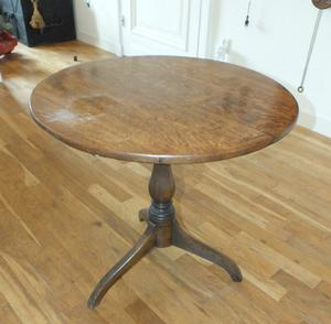 A very nice antique English Oak Till Top Table, heigth 66 cm, wide 64 cm. Price 950 euro