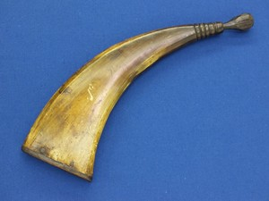 A fine antique 18th Century Big Powder Horn, length 30,5 cm, in very good condition. Price 125 euro