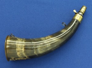 A fine antique 19th century powder Horn with lapabout spring brass charger, bottom of Horn. Length 26 cm . In very good condition. Price 250 euro